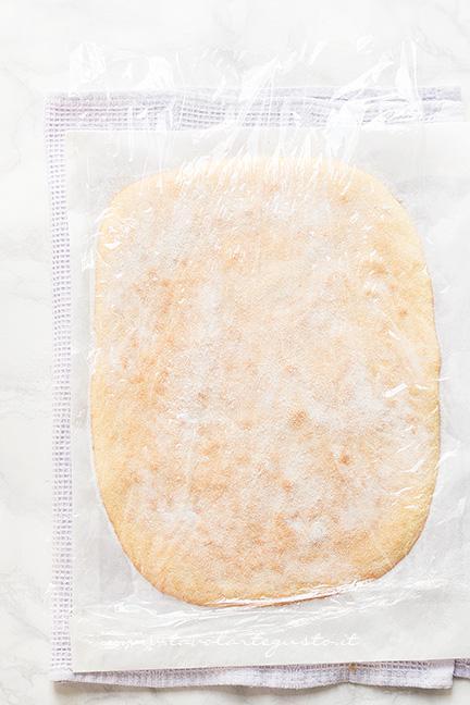 Coprire con una pellicola la pasta biscotto- Ricetta Pasta Biscotto