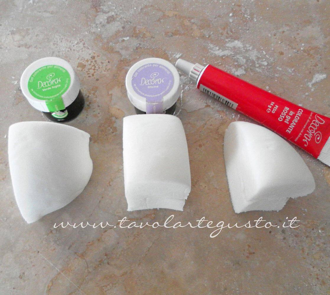Dividere in panetti la pasta di zucchero per la colorazione -Ricetta Pasta di Zucchero - Glassa Fondente