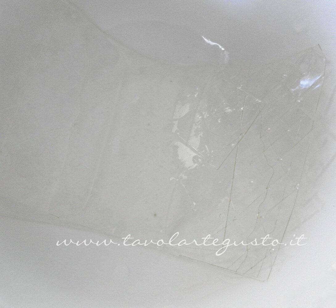 Mettere a mollo la gelatina in acqua fredda - Ricetta Pasta di Zucchero - Glassa Fondente
