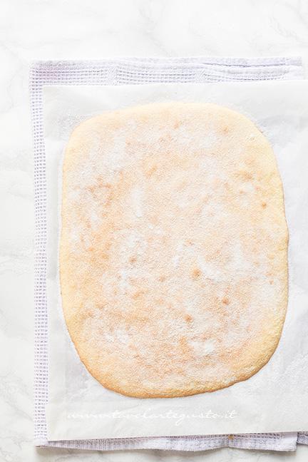 Spolverare la superficie della Pasta Biscotto con lo zucchero semolato - Ricetta Pasta Biscotto