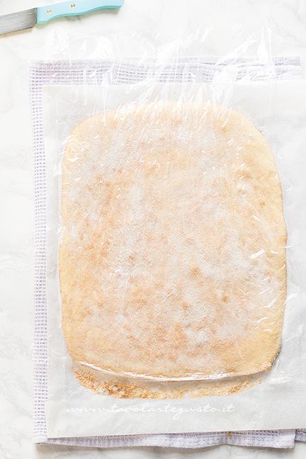 Staccare la pasta biscotto dalla carta da forno - Ricetta Pasta Biscotto