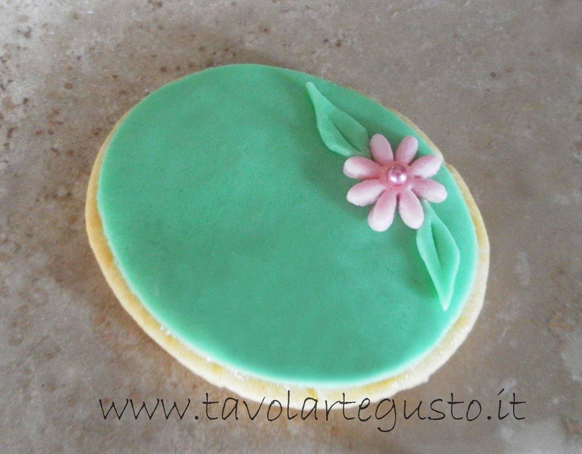 Biscotti di pasqua decorati in pasta di zucchero ricetta - Uova di pasqua decorati a mano ...
