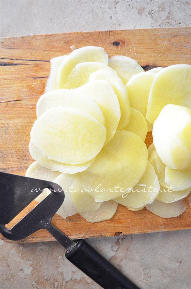 Affettare le patate sottilissime - Ricetta Pizza con patate e rosmarino
