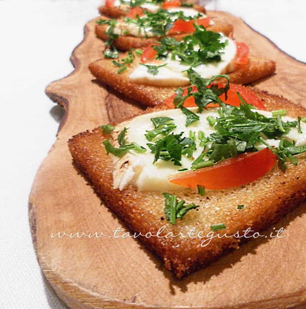 Canapè caldi mozzarella e pomodoro - Ricetta Canapè caldi mozzarella e pomodoro