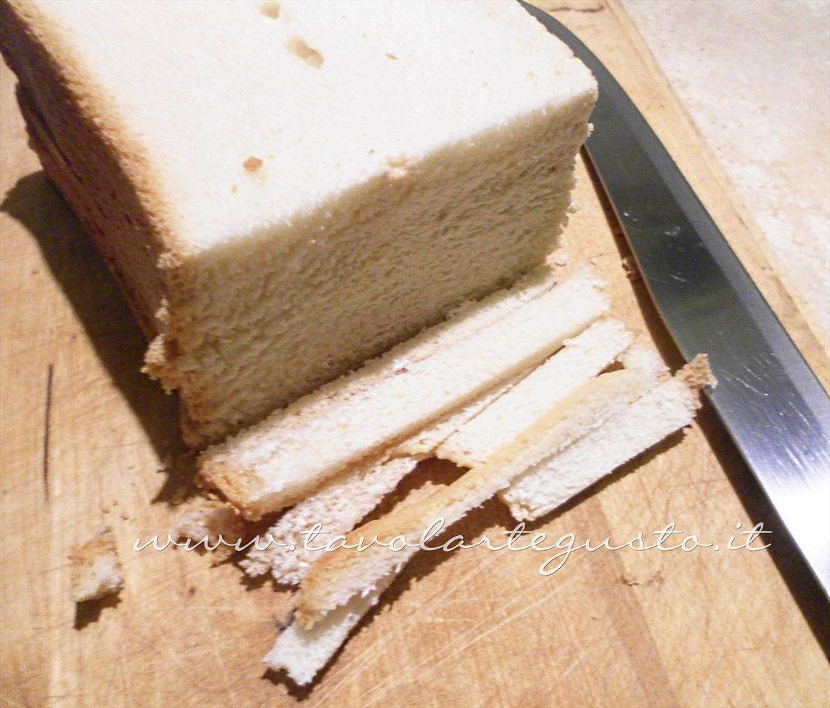 Eliminare la crosta al pan carrè  - Ricetta Canapè caldi mozzarella e pomodoro