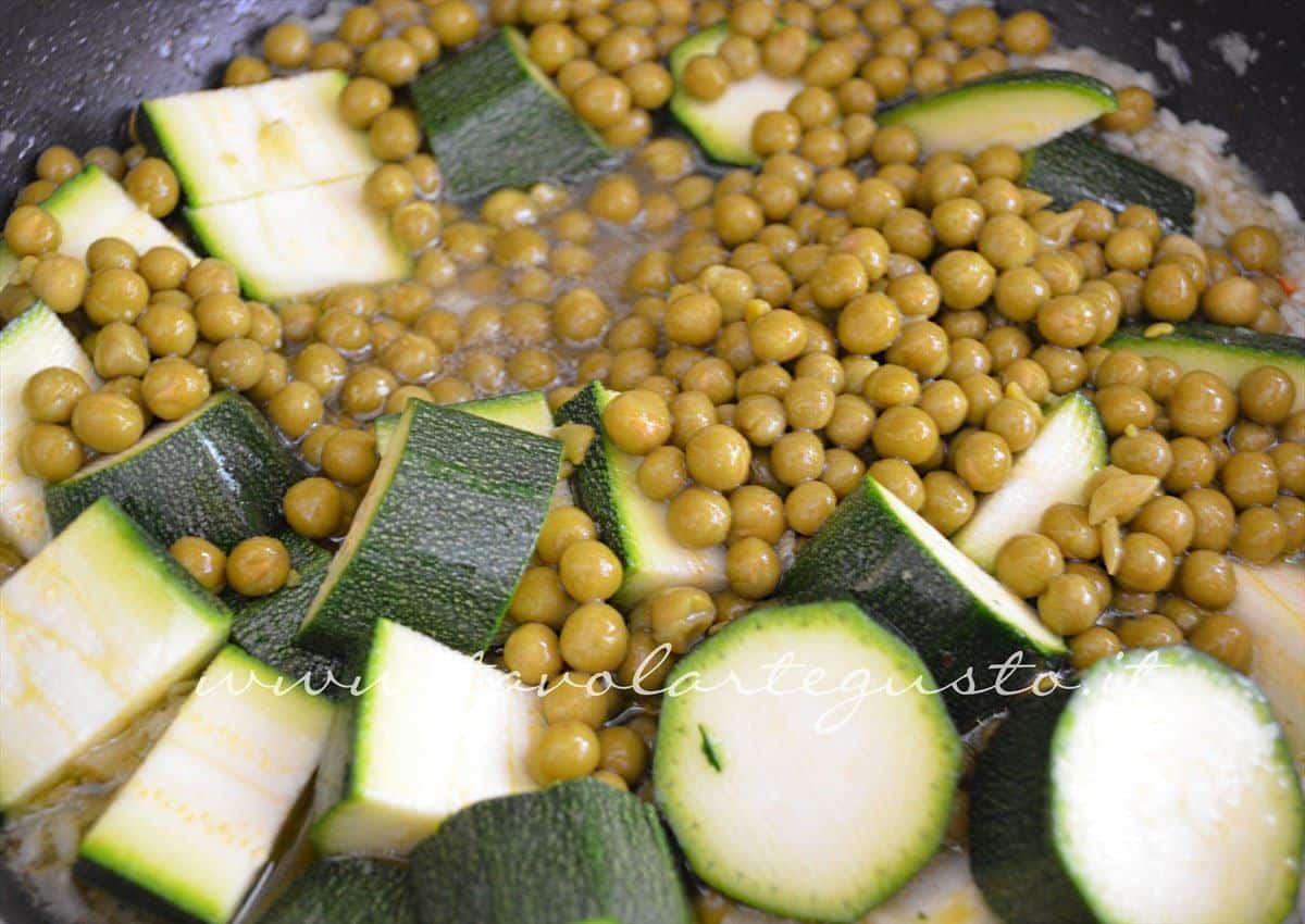 Aggiungere zucchine e piselli -Ricetta Vellutata di zucchine e piselli