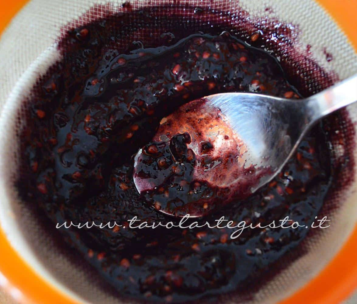 Filtrare il succo di more - Ricetta Gelato alla vaniglia senza uova in salsa di more (senza gelatiera)