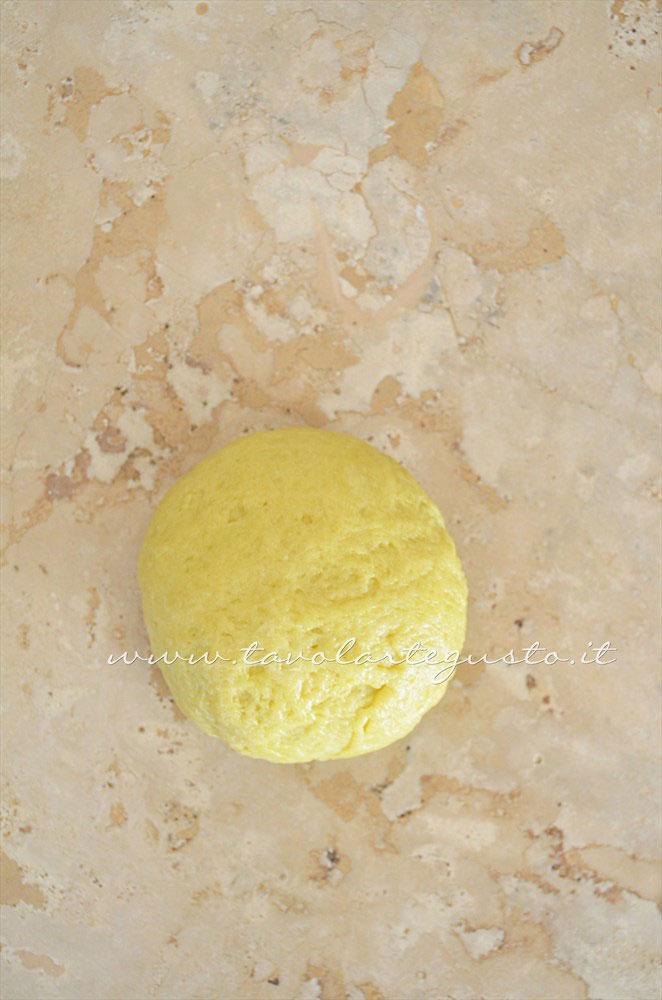Formare una palla - Ricetta Pasta Brisee senza burro - Pasta Brisee all'olio extravergine
