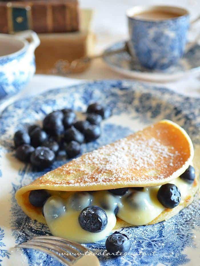 Pancakes con crema al cioccolato bianco e mirtilli