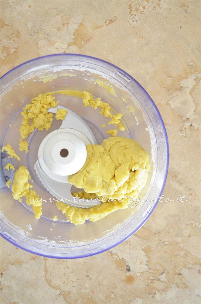 Preparare l'impasto della Brisee senza burro 3 - Ricetta Pasta Brisee senza burro - Pasta Brisee all'olio extravergine
