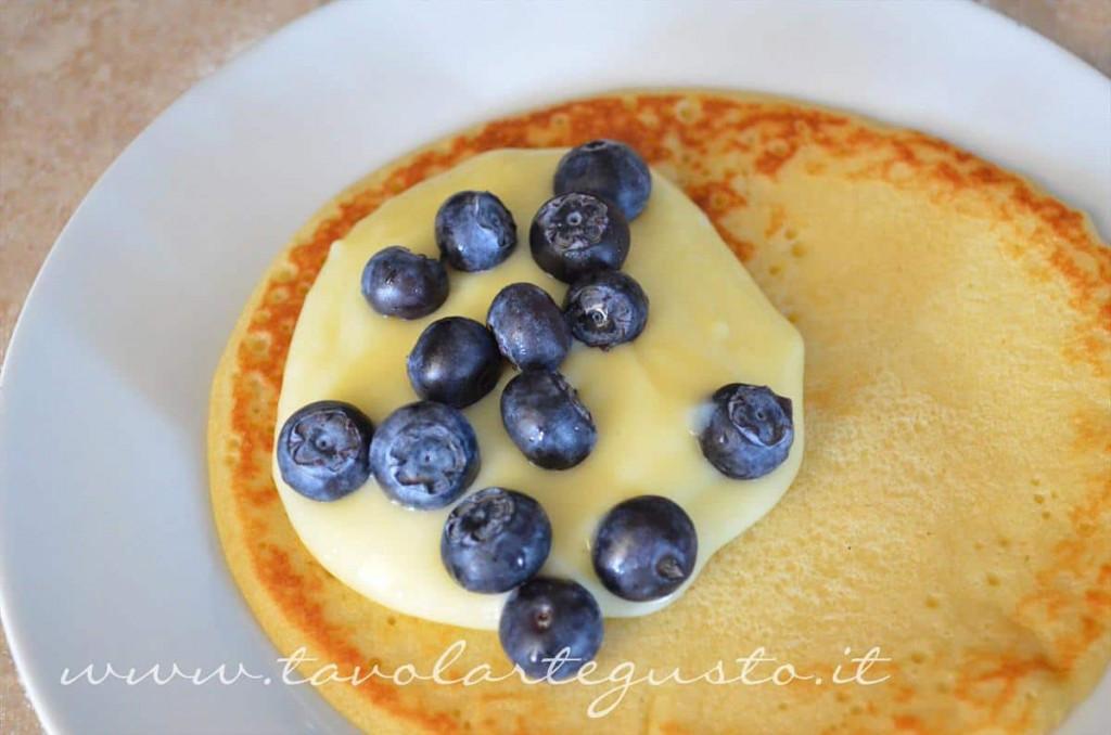 pancakes con crema al cioccolato bianco e mirtilli1