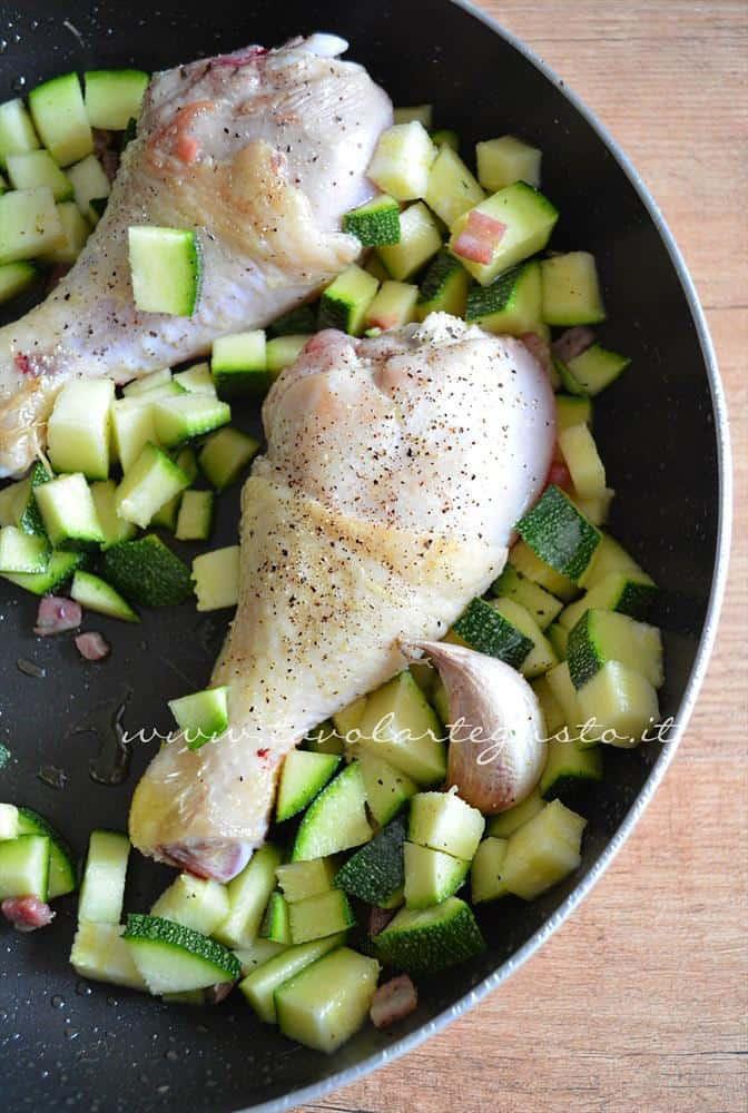 cosce di pollo in padella con zucchine e pancetta3