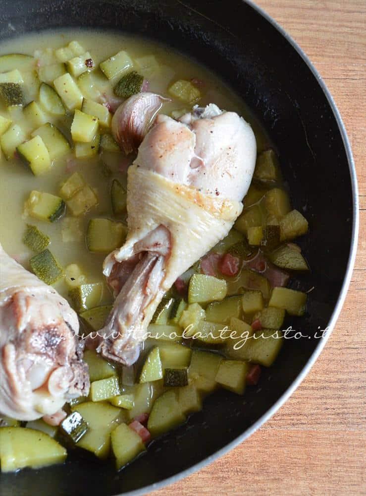 cosce di pollo in padella con zucchine e pancetta4