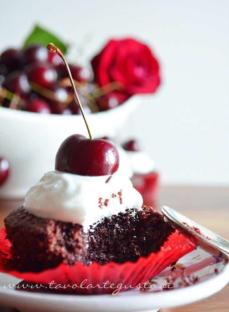 cupcakes cacao e nocciole con meringa all'italiana e ciliegie1