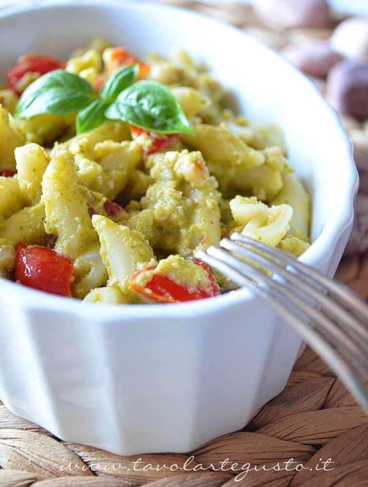 pasta con crema di zucchine, pinoli e datterini