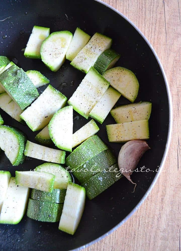 pasta con crema di zucchine, pinoli e datterini1