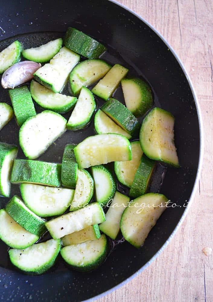 pasta con crema di zucchine, pinoli e datterini2