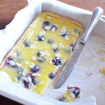 crostata al limone, mirtilli e mandorle