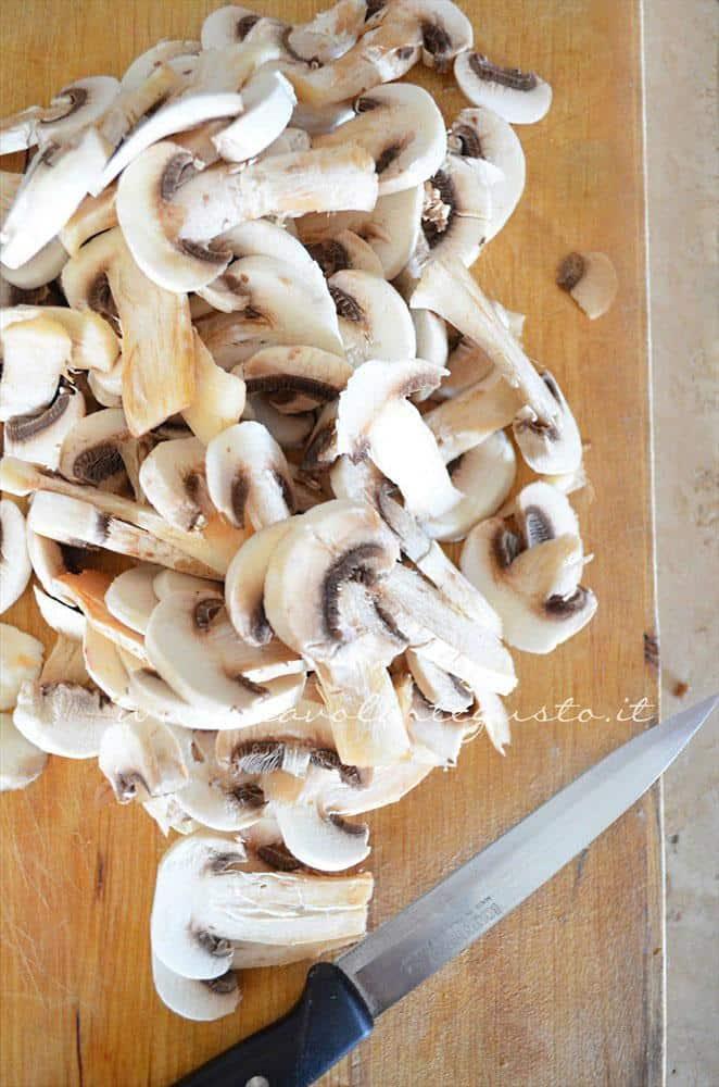 Affettare i funghi - Ricetta Tagliatelle alle erbe aromatiche e funghi