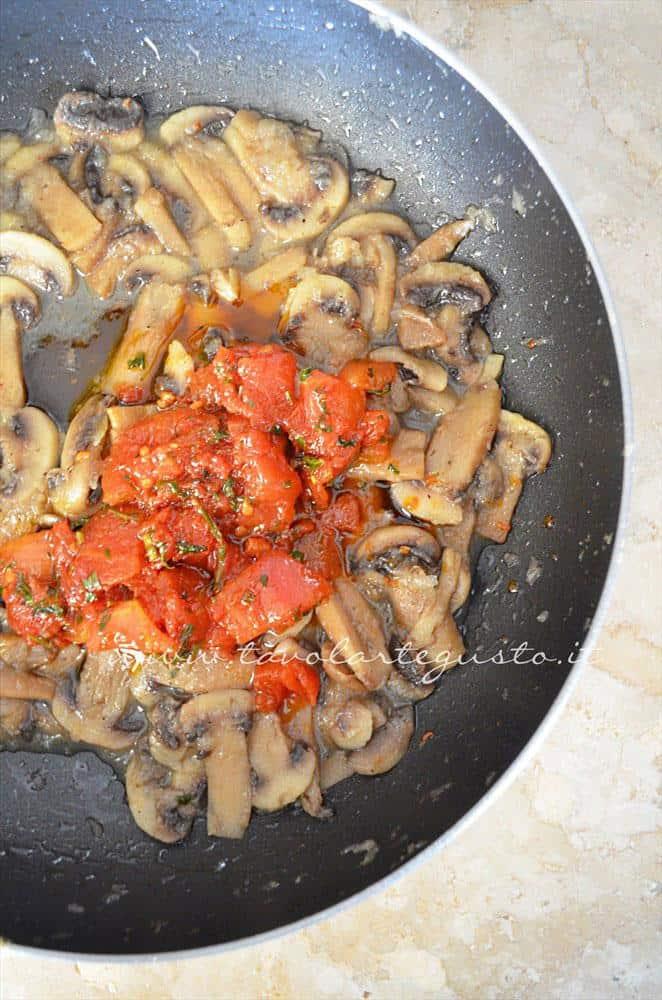 Aggiungere il sugo di pelati ai funghi Ricetta - Tagliatelle alle erbe aromatiche e funghi