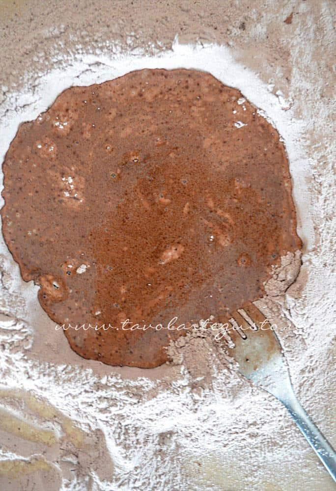 Aggiungere l'acqua e mescolare con la forchetta -Ricetta Biscotti al cioccolato senza uova, senza burro, senza latte