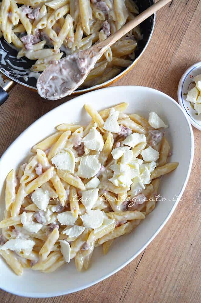 Aggiungere mozzarella e parmigiano - Ricetta Pasta al forno besciamella e salsiccia