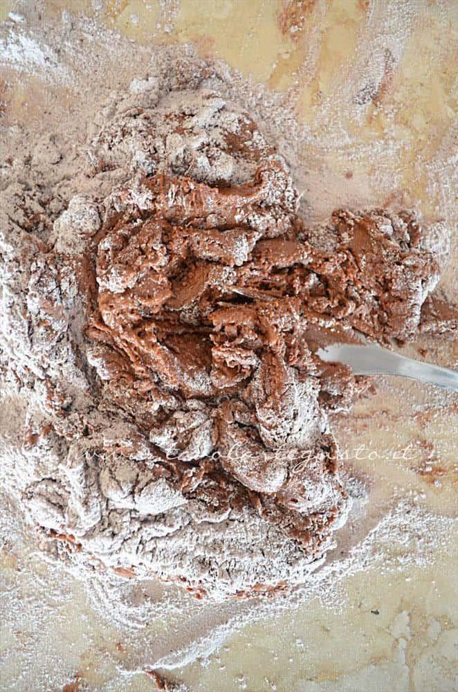 Amalgamare gli ingredienti con la forchetta - Ricetta Biscotti al cioccolato senza uova, senza burro, senza latte