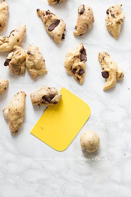 Come formare le palline 2 - Ricetta Pane di Zucca al cioccolato