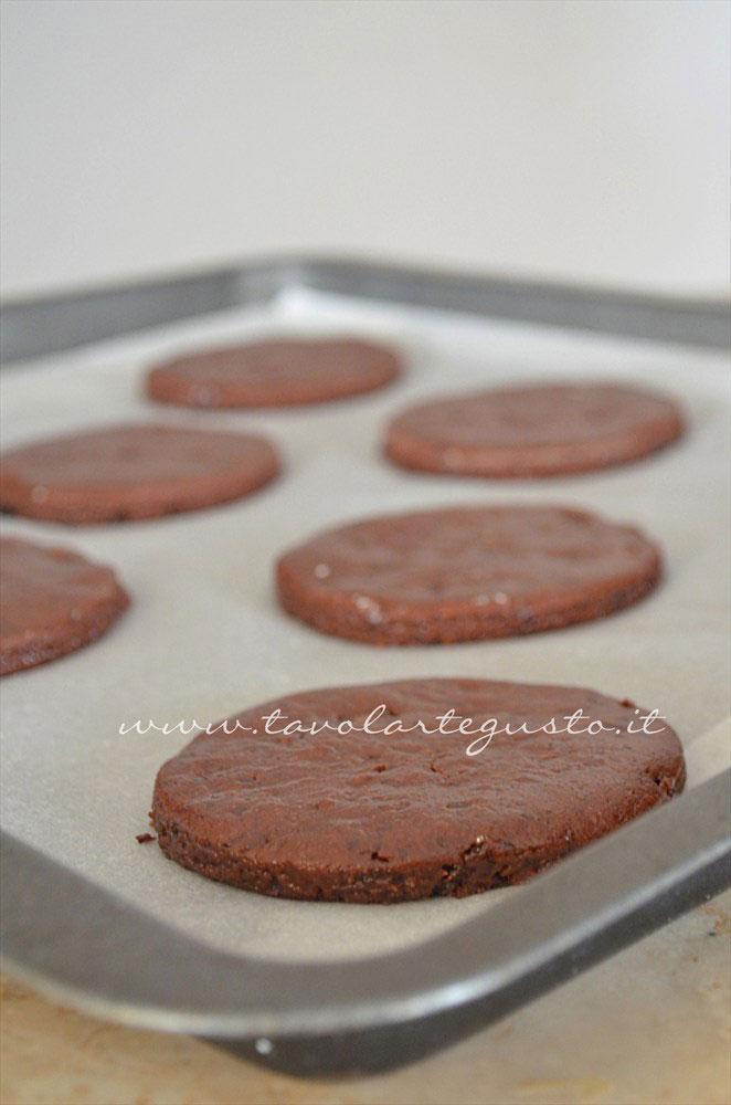 Disporre i biscotti in teglia - Ricetta Biscotti al cioccolato senza uova, senza burro, senza latte