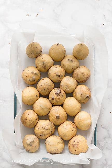 Disporre le palline nella teglia - Ricetta Pane di Zucca al cioccolato