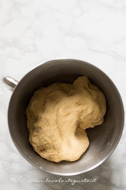 Impasto prima di aggiungere il burro - Ricetta Pane di Zucca al cioccolato