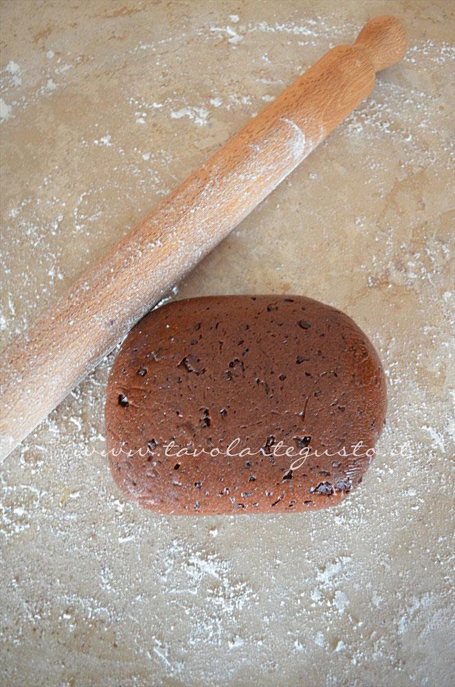 Infarinare la spianatoia prima di stendere la frolla - Ricetta Biscotti al cioccolato senza uova, senza burro, senza latte