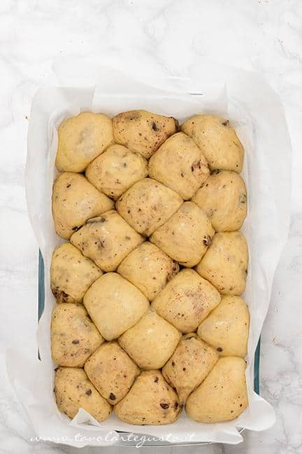 Le palline in teglia lievitate e pennellate con tuorlo e latte - Ricetta Pane di Zucca al cioccolato