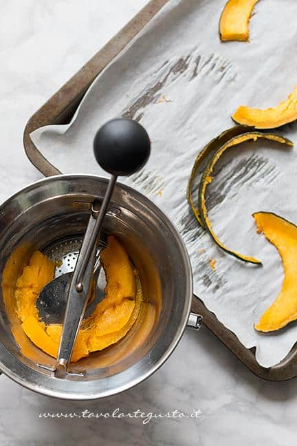 Passare la zucca nel passaverdure - Ricetta Pane di Zucca al cioccolato