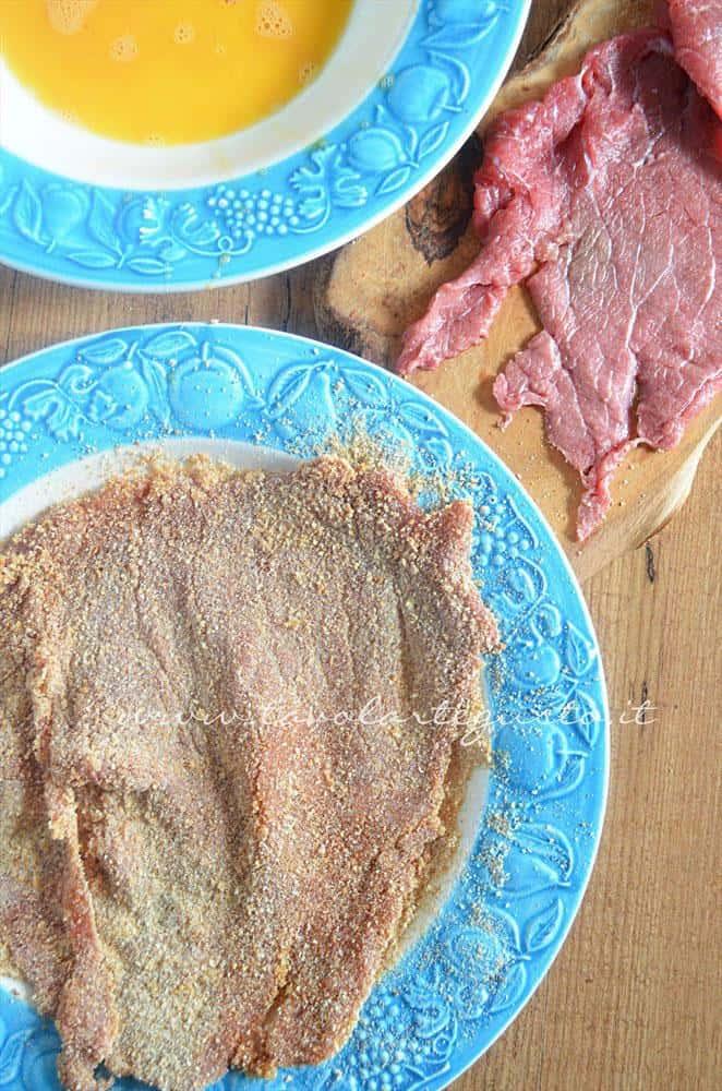 Passare nel pan grattato la fettina - Ricetta Cotolette con piselli