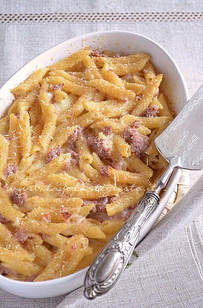 Pasta al forno besciamella e salsiccia - Ricetta.