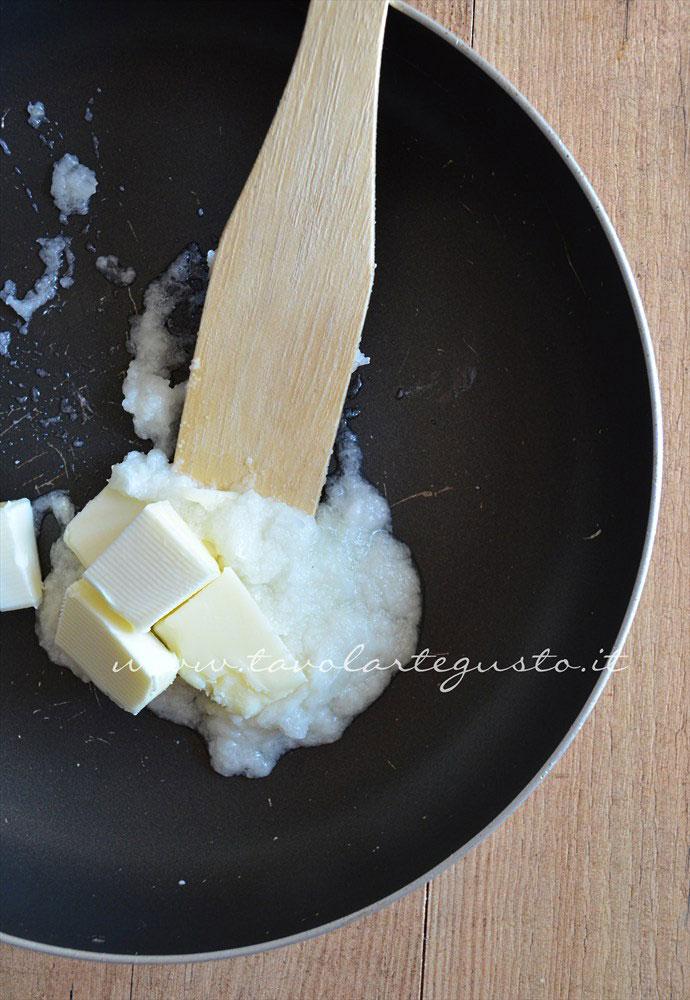 Risotto bianco cremoso(preparazione1 cipolla e burro in padella)