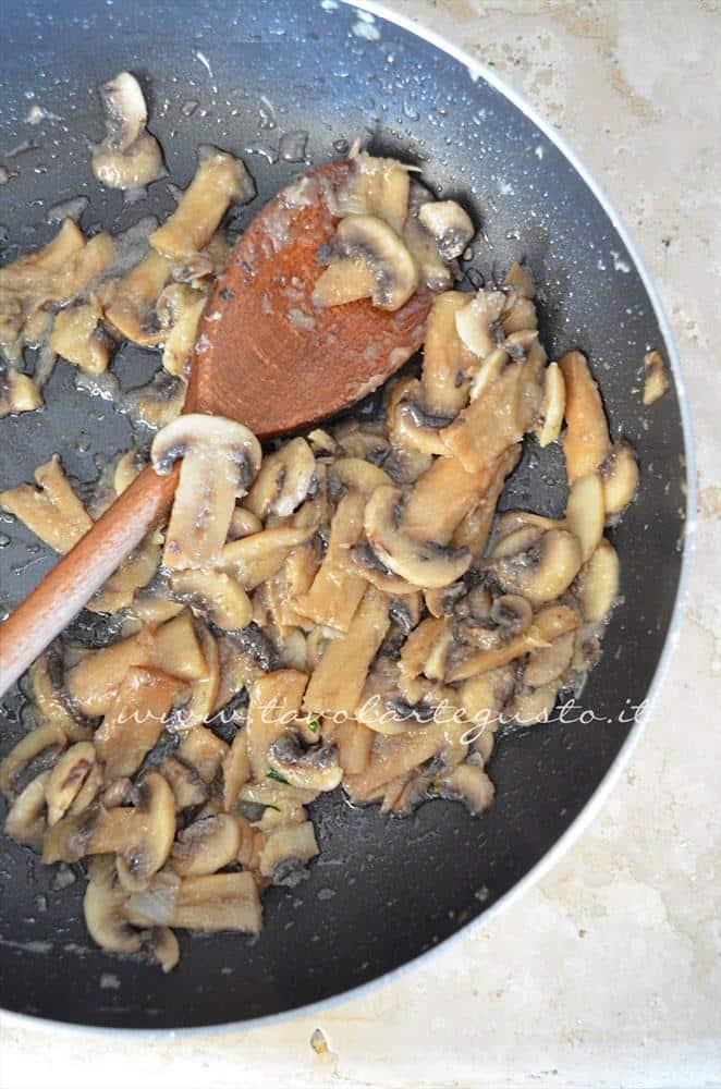 Sfumare i funghi col vino bianco - Ricetta Tagliatelle alle erbe aromatiche e funghi