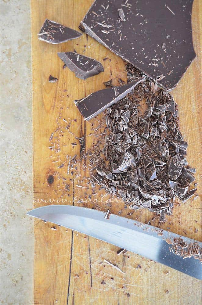Tritare il cioccolato con un coltello -  Ricetta Biscotti al cioccolato senza uova, senza burro, senza latte