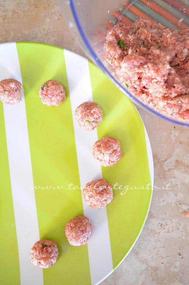 Formare le polpette, Ricetta Polpette in umido di carne e salsiccia