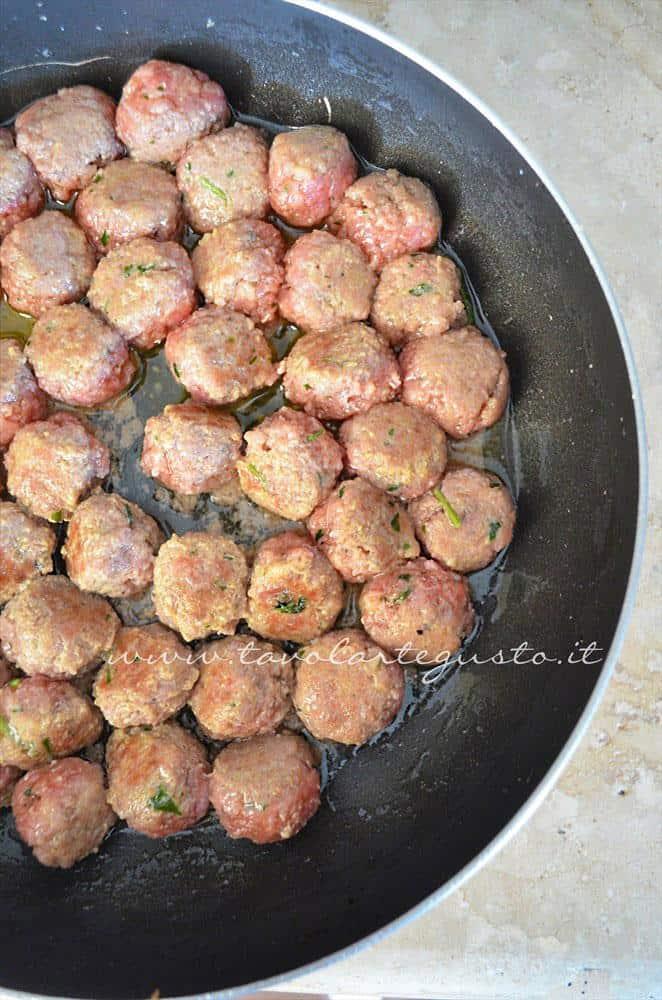 Friggere le polpette, Ricetta Polpette in umido di carne e salsiccia