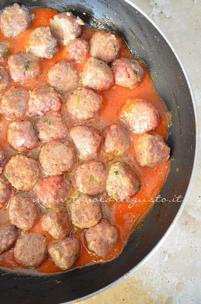 Polpette in cottura nella salsa, Ricetta Polpette in umido di carne e salsiccia