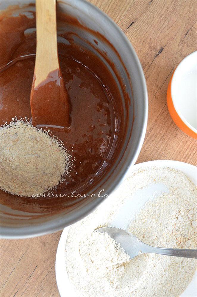 Aggiunta delle farine - Ricetta Torta cioccolato e nocciole