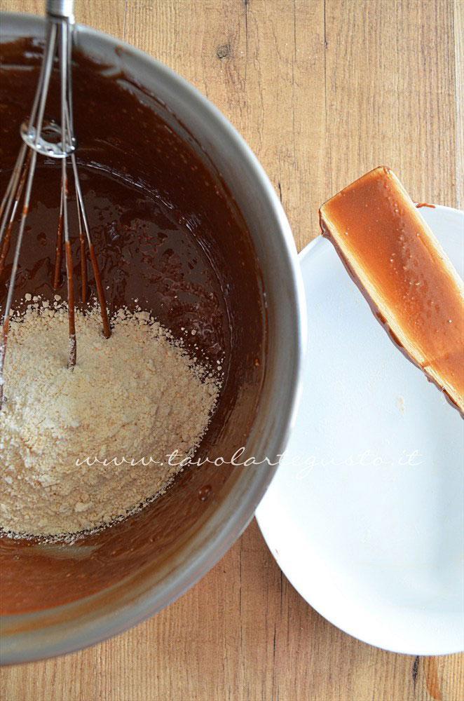 Amalgamazione finale - Ricetta Torta cioccolato e nocciole