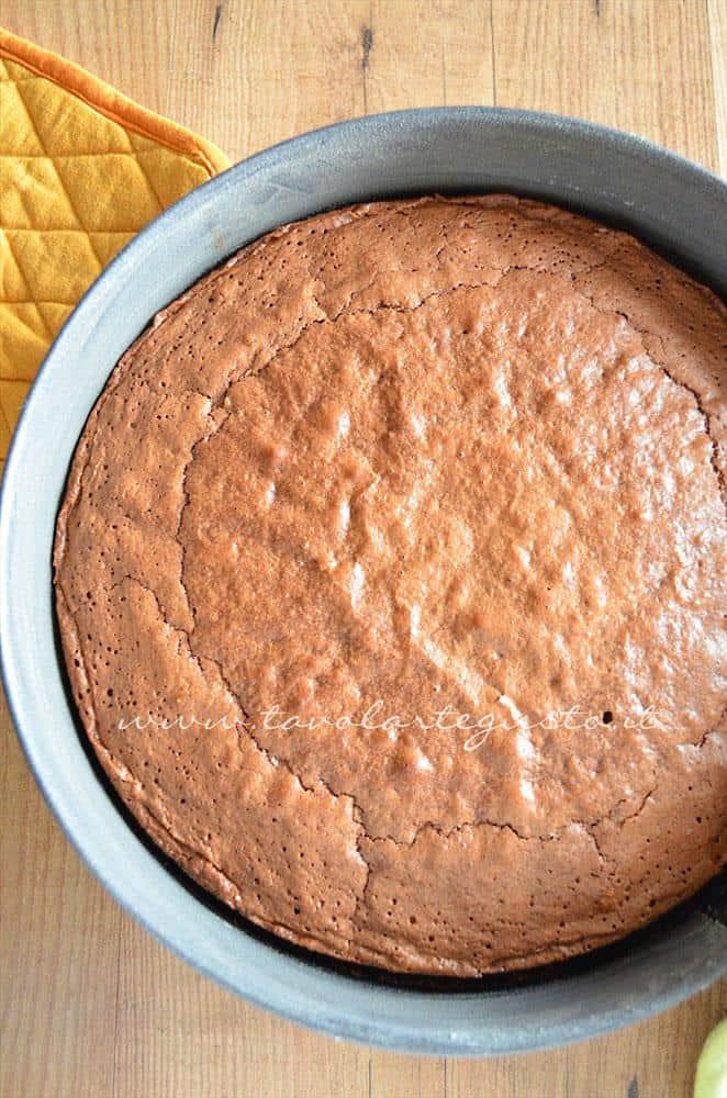 Torta appena sfornata -Ricetta Torta cioccolato e nocciole