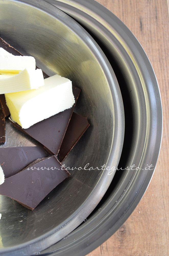 Cioccolato e burro nel cestello per il bagnomaria - Ricetta Torta cioccolato e nocciole