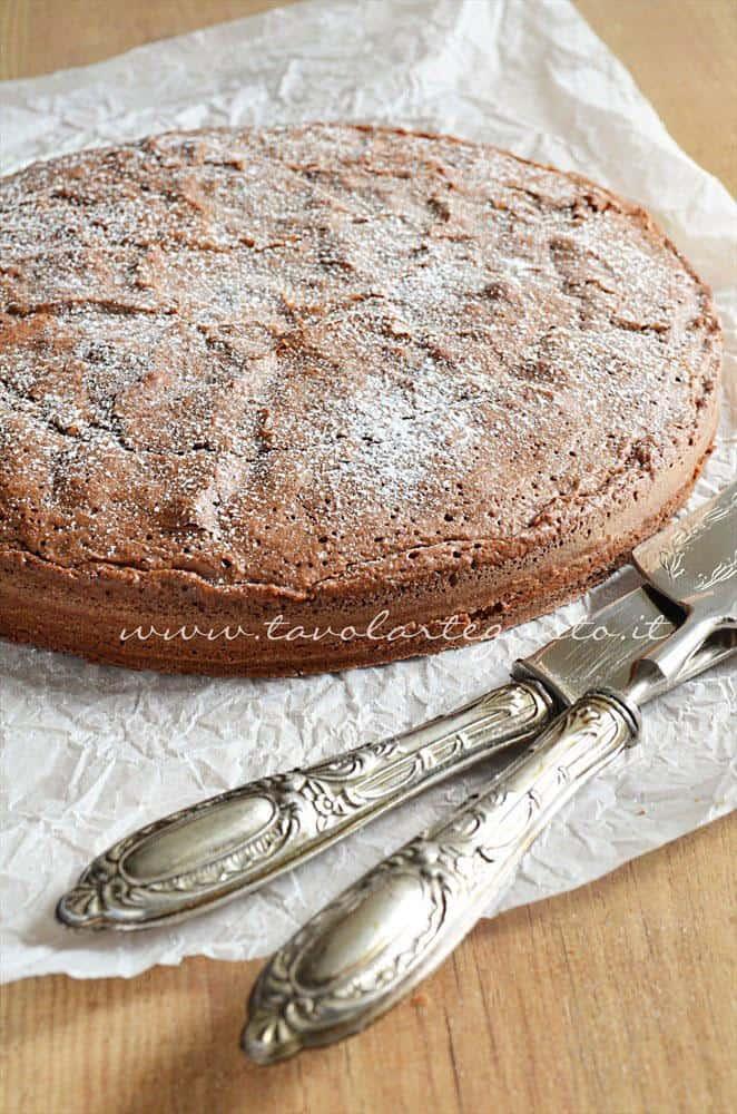 Spolverata di zucchero a velo - Ricetta Torta cioccolato e nocciole