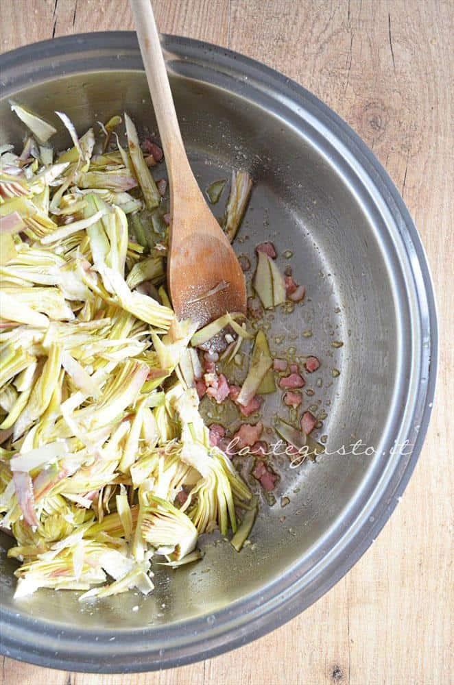 Aggiungere i carfiofi al soffritto - Ricetta Bordura di riso con crema di carciofi e crostini di Fiore Sardo