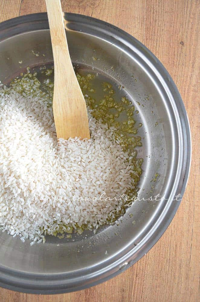 Aggiungere il riso in padella -Ricetta Bordura di riso con crema di carciofi e crostini di Fiore Sardo
