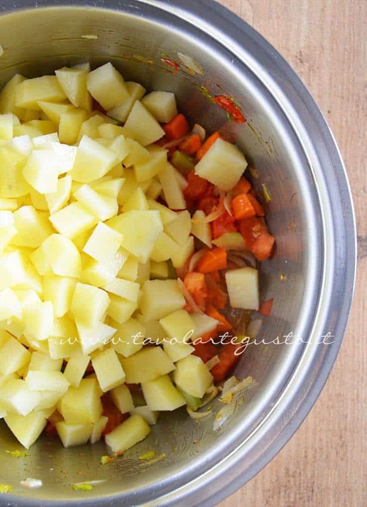 Aggiungere le patate - Ricetta Minestra di patate
